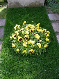 Grabgestaltung mit Rasen und Blumen